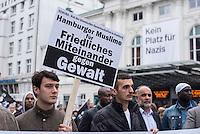 """Proteste gegen Naziaufmarsch """"Tag der Patrioten"""".<br /> Mehere zehntausend Menschen protestirten am Samstag den 12. September 2015 in Hamburg gegen einen von Nazis und Hooligans geplanten Aufmarsch unter dem Motto """"Tag der Patrioten"""". Der Aufmarsch war im Vorfeld gerichtlich untersagt worden, da davon auszugehen sei, dass von ihm Gewalttaten gegen Personen ausgehen wuerden. Die Nazis wichen am Samstag daraufhin nach Bremen aus, wo der Aufmarsch jedoch auch untersagt wurde.<br /> Trotz Verbot versammelten sich an verschiedenen Orten in Hamburg mehrere zehntausend Menschen und protestierten gegen Rassismus und fuer ein Bleiberecht fuer gefluechtete Menschen.<br /> Vor dem Hauptbahnhof kam es zu kleineren Auseinandersetzungen mit der Polizei, die mit 8 Wasserwerfern, Polizeihubschrauber und Beamten aus Bayern, Schleswig-Holstein, Baden-Wuertemberg und Hamburg im Einsatz war.<br /> Als eine Gruppe von ca. 10 bis 15 Nazis und Hooligans im Hauptbahnhof Menschen angriffen, drohte die Lage kurzzeitig zu eskalieren. Die Angreifer mussten aber vor Gegendemonstranten in einen Zug fluechten, wo sie von der Polizei festgesetzt wurden. Der Verkehr durch den Hauptbahnhof war ueber lange Zeit eingestellt, da die Polizei weitere Nazis und Hooligans in ankommenden Zuegen befuerchtete und Auseinandersetzungen verhindern wollte.<br /> Im Bild: Gegendemonstranten vor dem Hauptbahnhof.<br /> 12.9.2015, Hamburg<br /> Copyright: Christian-Ditsch.de<br /> [Inhaltsveraendernde Manipulation des Fotos nur nach ausdruecklicher Genehmigung des Fotografen. Vereinbarungen ueber Abtretung von Persoenlichkeitsrechten/Model Release der abgebildeten Person/Personen liegen nicht vor. NO MODEL RELEASE! Nur fuer Redaktionelle Zwecke. Don't publish without copyright Christian-Ditsch.de, Veroeffentlichung nur mit Fotografennennung, sowie gegen Honorar, MwSt. und Beleg. Konto: I N G - D i B a, IBAN DE58500105175400192269, BIC INGDDEFFXXX, Kontakt: post@christian-ditsch.de<br /> Bei der Bearbeitung der Datei"""