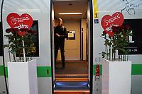 ICE wartet auf die Mitreisenden - Frankfurt 14.02.2020: Duplo Liebesreise zum Valentinstag nach Paris