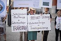 """Am Freiutag den 2. August versammelten sich verschiedene NGO, und Initiativen zum Start eines Volksbegehrens zur Einfuehrung eines Berliner Transparenzgesetzes vor dem Roten Rathaus.<br /> Die Initiative wird gestuetzt u.a. von vom BUND, Wikimedia, der Volkssolidaritaet, Reporter ohne Grenzen, Foodwatch, Changing Cities.<br /> Das Buendnis """"Volksentscheid Transparenz"""" will nach dem Vorbild Hamburgs in Berlin ein Transparenzgesetz per Volksbegehren auf den Weg bringen welches Politik, Verwaltung und landeseigene Unternehmen verpflichtet, wichtige Informationen fruehzeitig zu veroeffentlichen.<br /> 2.8.2019, Berlin<br /> Copyright: Christian-Ditsch.de<br /> [Inhaltsveraendernde Manipulation des Fotos nur nach ausdruecklicher Genehmigung des Fotografen. Vereinbarungen ueber Abtretung von Persoenlichkeitsrechten/Model Release der abgebildeten Person/Personen liegen nicht vor. NO MODEL RELEASE! Nur fuer Redaktionelle Zwecke. Don't publish without copyright Christian-Ditsch.de, Veroeffentlichung nur mit Fotografennennung, sowie gegen Honorar, MwSt. und Beleg. Konto: I N G - D i B a, IBAN DE58500105175400192269, BIC INGDDEFFXXX, Kontakt: post@christian-ditsch.de<br /> Bei der Bearbeitung der Dateiinformationen darf die Urheberkennzeichnung in den EXIF- und  IPTC-Daten nicht entfernt werden, diese sind in digitalen Medien nach §95c UrhG rechtlich geschuetzt. Der Urhebervermerk wird gemaess §13 UrhG verlangt.]"""
