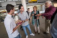 Fluechtlinspaten Syrien e.V. in Berlin.<br /> Empfang der Mutter und Brueder von Majd am Flughafen Tegel.<br /> Rechts im Bild: Fluechtlingspate Peter Kuttner.<br /> Im Bild 2.vl.: Der 21jaehrige Majd aus Syrien.<br /> Links: Der Cousin von Majd.<br /> 2.vr.: Die Ehefrau von Ulrich Karpenstein. Sie hat fuer die Mutter und die Brueder von Majd gebacken.<br /> 17.6.2015, Berlin<br /> Copyright: Christian-Ditsch.de<br /> [Inhaltsveraendernde Manipulation des Fotos nur nach ausdruecklicher Genehmigung des Fotografen. Vereinbarungen ueber Abtretung von Persoenlichkeitsrechten/Model Release der abgebildeten Person/Personen liegen nicht vor. NO MODEL RELEASE! Nur fuer Redaktionelle Zwecke. Don't publish without copyright Christian-Ditsch.de, Veroeffentlichung nur mit Fotografennennung, sowie gegen Honorar, MwSt. und Beleg. Konto: I N G - D i B a, IBAN DE58500105175400192269, BIC INGDDEFFXXX, Kontakt: post@christian-ditsch.de<br /> Bei der Bearbeitung der Dateiinformationen darf die Urheberkennzeichnung in den EXIF- und  IPTC-Daten nicht entfernt werden, diese sind in digitalen Medien nach §95c UrhG rechtlich geschuetzt. Der Urhebervermerk wird gemaess §13 UrhG verlangt.]