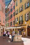 Italy, Trentino, Riva del Garda: popular holiday resort at Lake Garda (Lago di Garda), old town lane | Italien, Trentino, Riva del Garda: beliebter Urlaubsort am Nordufer des Gardasees, Altstadtgasse