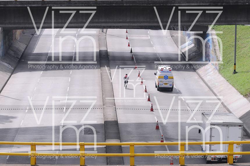 MEDELLIN - COLOMBIA - 22- 04- 2014: Ciudadanos caminan a lo largo de una avenida vacía durante el Día sin Carro, en la ciudad de Medellín, departamento de Antioquia, Colombia, abril 22 de 2014. En Medellin y toda el área metropolitana se realiza hoy una jornada mas del Dia sin Carro, La medida rige entre las 7:00 a.m. y las 6:00 p.m. y prohibe la circulación de vehículos particulares con menos de tres pasajeros, esta medida no rige para vehículos de emergencia, de las Fuerzas Armadas y policiales, el transporte escolar y los autos que funcionen con gas o con energía. (Foto: VizzorImage / Luis Rios / Str.) Citizens walks along an empty street during a Day without Car, in Medellin, Antioquia department, Colombia, April 22, 2014. In Medellin and the metropolitan area is made today a Day without Car, The measure applies between 7:00 am and 6:00 pm and prohibits the circulation of private cars with fewer than three passengers, this measure does not apply for emergency vehicles, the armed forces and police, school buses and cars that run on gas or energy. (Photo: VizzorImage / Luis Rios / Str)..