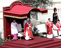 Pope Francis celebrates the Palm Sunday Mass in St. Peter's Square at the Vatican, on March 25, 2018.<br /> UPDATE IMAGES PRESS IsabellaBonotto<br /> <br /> STRICTLY ONLY FOR EDITORIAL USE