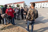 Zentrale Auslaenderbehoerde und BAMF-Aussenstelle in Eisenhuettenstadt.<br /> Bundesinnenminister Thomas de Maiziere und brandeburgs Ministerpraesident Dietmar Woidke besuchten am Donnerstag den 13. August 2015 die Zentrale Auslaenderbehoerde und BAMF-Aussenstelle in Eisenhuettenstadt. Sie liessen sich von Mitarbeitern die Situation in der Einrichtung zeigen und erklaeren, sprachen mit Fluechtlingen und besichtigten das auf dem Gelaende befindliche Abschiebegefaengnis.<br /> Der Besuch des Bundesinnenministers und des Ministerpraesidenten wurde von etwa 40 Journalisten begleitet.<br /> Im Bild: Ein Fluechtling berachtet die Szenerie.<br /> 13.8.2015, Eisenhuettenstadt/Brandenburg<br /> Copyright: Christian-Ditsch.de<br /> [Inhaltsveraendernde Manipulation des Fotos nur nach ausdruecklicher Genehmigung des Fotografen. Vereinbarungen ueber Abtretung von Persoenlichkeitsrechten/Model Release der abgebildeten Person/Personen liegen nicht vor. NO MODEL RELEASE! Nur fuer Redaktionelle Zwecke. Don't publish without copyright Christian-Ditsch.de, Veroeffentlichung nur mit Fotografennennung, sowie gegen Honorar, MwSt. und Beleg. Konto: I N G - D i B a, IBAN DE58500105175400192269, BIC INGDDEFFXXX, Kontakt: post@christian-ditsch.de<br /> Bei der Bearbeitung der Dateiinformationen darf die Urheberkennzeichnung in den EXIF- und  IPTC-Daten nicht entfernt werden, diese sind in digitalen Medien nach §95c UrhG rechtlich geschuetzt. Der Urhebervermerk wird gemaess §13 UrhG verlangt.]