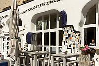 Hundertwasser-Fassade des Stadtcafé Ottensen, Hamburg - Ottensen, Behringstraße 42, Deutschland, Europa<br /> Hundertwasser-facade of Stadtcafé Ottensen, Hamburg - Ottensen, Germany, Europe