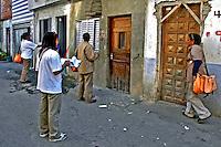 Funcionários da saúde no combate à dengue, Favela Heliópolis. São Paulo. 2004. Foto de Juca Martins.