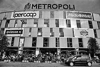 """Milano, periferia nord. Il centro commerciale Metropoli di Novate Milanese, adiacente ai quartieri Quarto Oggiaro e Bovisasca --- Milan, north periphery. The shopping center """"Metropoli"""" of Novate Milanese, adjacent to the districts Quarto Oggiaro and Bovisasca"""