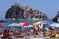 Italien, Ischia, Strand Spiaggia del Pescatori und Castello Aragonese in Ponte.
