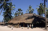 Afrique/Afrique de l'Ouest/Sénégal/Basse-Casamance/Kachouane : Case dans les bolons
