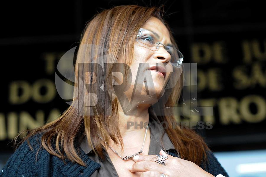 SAO PAULO, SP, 17.09.2013 -CASO BIANCA CONSOLI. A mãe de Bianca Marta Cosoli chega para o novo julgamento do motoboy Sandro Dota (42), acusado de estuprar e matar a ex-cunhada, Bianca Consoli, quando ela tinha 19 anos, em 2011. Após o júri ter sido cancelado no mês passado, começa nesta segunda-feira (16), o novo julgamento, agora com acusado na condição de réu confesso, no Fórum Criminal Ministro Mário Guimarães – Barra Funda – zona oeste.. (Foto: Adriano Lima / Brazil Photo Press)