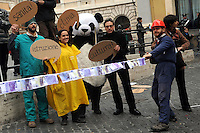 Roma, 17 febbraio 2011 Manifestazione  Robin Hood tax 005. Tiro alla fune in piazza Montecitorio tra speculatori e società civile. Global day of action for financial transaction tax....