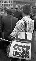 Mosca (Moscow) / Russia 24/8/1991.Discussioni animate tra gruppi di persone di diverse idee politiche in Piazza Rossa durante i giorni del golpe..Animated discussions among groups of people of different political views on Red Square during the days of the coup..Photo Livio Senigalliesi.