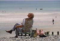 - vacationings on the beach of Brigthon bathing town, on the south coast....- villeggianti sulla spiaggia della città balneare di  Brigthon, sulla costa meridionale