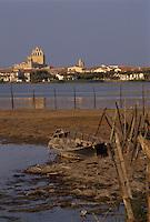 Europe/France/Provence-Alpes-Côte d'Azur/13/Bouches-du-Rhône/Camargue/Les Saintes-Maries-de-la-Mer : Le village, l'église et barque dans le marais