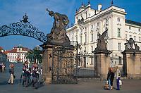 Hradschin-Platz, erzbischoefliches Palais, Tor zum Hradschin, Prag, Tschechien, Unesco-Weltkulturerbe