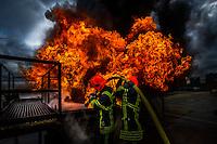 06 fevrier 2017, raffinerie de Feyzin, entrainement des sapeurs pompiers sur des feux de liquide inflammable. Attaque d'un feu de bac avec une lance ‡ dÈbit variable.