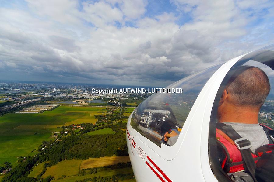 Flugtraining: EUROPA, DEUTSCHLAND, HAMBURG (EUROPE, GERMANY), 01.09.2013: Flugtraining in einem Kunststoff Segelflugzeug