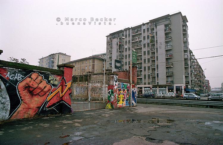 """Milano, zona Navigli. Un graffito in memoria di Davide Cesare """"Dax"""", ragazzo del centro sociale Orso ucciso da neofascisti nel marzo 2003 --- Milan, Navigli district. A graffiti in memory of Davide Cesare """"Dax"""" of the  social center """"Orso"""", who was killed by neo-fascists on march 2003"""