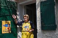 Europe/France/Provence-Alpes-Côte d'Azur/13/Bouches-du-Rhône/Marseille: Préparatifs du repas au cabanon d'Yves Darnaud, cabanonier à la Calanque de Sormiou - Yvette Kevran Auto N: 2009-107