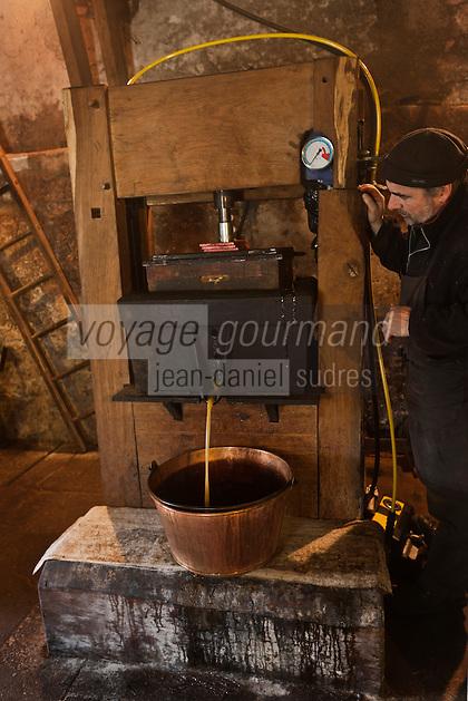 Europe/France/Aquitaine/24/Dordogne/Grand-Brassac: Moulin de Rochereuil  utilisé pour la fabrication de l'huile de noix -Thierry Mezurat-  La pâte de cerneaux chauffée est ensuite placée dans la presse, où sous la pression l' huile de noix coule lentement, et embaume de son parfum le moulin [Autorisation : 2011-111]