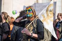Etwa 5.000 Menschen demonstrierten am Sonntag den 8. Maerz 2015 anleasslich des Internationalen Frauentag in Berlin gegen die Diskriminierung von Frauen, gegen sexuelle Unterdrueckung durch Gesellschaft und Religion und fuer eine vollstaendige Gleichberechtigung.<br /> 8.3.2015, Berlin<br /> Copyright: Christian-Ditsch.de<br /> [Inhaltsveraendernde Manipulation des Fotos nur nach ausdruecklicher Genehmigung des Fotografen. Vereinbarungen ueber Abtretung von Persoenlichkeitsrechten/Model Release der abgebildeten Person/Personen liegen nicht vor. NO MODEL RELEASE! Nur fuer Redaktionelle Zwecke. Don't publish without copyright Christian-Ditsch.de, Veroeffentlichung nur mit Fotografennennung, sowie gegen Honorar, MwSt. und Beleg. Konto: I N G - D i B a, IBAN DE58500105175400192269, BIC INGDDEFFXXX, Kontakt: post@christian-ditsch.de<br /> Bei der Bearbeitung der Dateiinformationen darf die Urheberkennzeichnung in den EXIF- und  IPTC-Daten nicht entfernt werden, diese sind in digitalen Medien nach §95c UrhG rechtlich geschuetzt. Der Urhebervermerk wird gemaess §13 UrhG verlangt.]