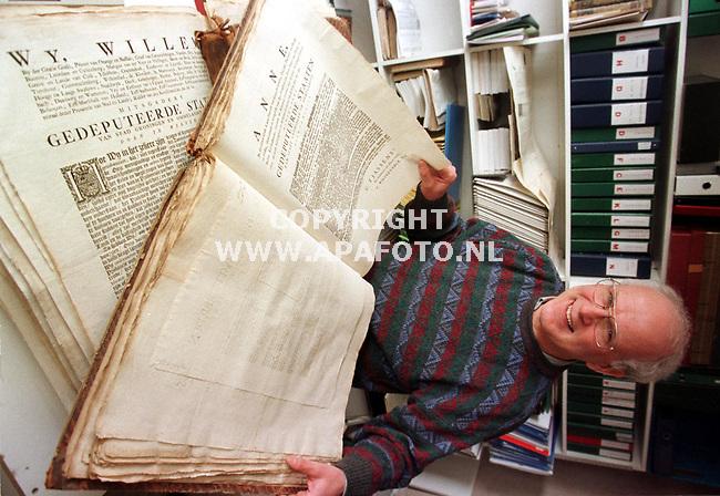 `S Heerenberg,19-03-99  Foto:Koos Groenewold <br /> Antiquair Dhr Bisselingh heeft onlangs zo`n 800 oude geschriften over Groningen op de kop getikt.Hier is hij op zijn werkkamer.