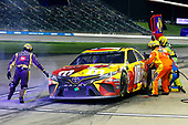 #18: Kyle Busch, Joe Gibbs Racing, Toyota Camry M&M's Red Nose Day pit stop