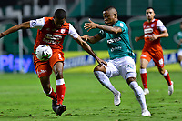 PALMIRA - COLOMBIA, 19-10-2020: Jhon Vasquez del Cali disputa el balón con Fainer Torijano del Santa Fe durante partido entre Deportivo Cali e Independiente Santa Fe por la fecha 15 de la Liga BetPlay DIMAYOR I 2020 jugado en el estadio Deportivo Cali de la ciudad de Palmira. / Jhon Vasquez of Cali vies for the ball with Fainer Torijano of Santa Fe during match between Deportivo Cali and Independiente Santa Fe for the date 15 as part of BetPlay DIMAYOR League I 2020 played at Deportivo Cali stadium in Palmira city.  Photo: VizzorImage / Nelson Rios / Cont