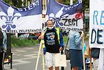 Foto: VidiPhoto<br /> <br /> ARNHEM – Zo'n vijftig inwoners van Scherpenzeel protesteerden dinsdag met vlaggen, borden en vaandels dinsdag bij het provinciehuis in Arnhem tegen de voorgenomen herindeling met het grotere Barneveld. GS van Gelderland wil dat beide gemeenten worden samengevoegd om de bestuurskracht van Scherpenzeel voor de toekomst te waarborgen. De Scherpenzelers vrezen echter dat Barneveld uit is op de bruidsschat. Scherpenzeel is financieel een van de gezondste gemeenten van Nederland. Uit een enquete blijkt dat 86 procent van de bevolking tegen de fusie is. Provinciale Staten en politiek Den Haag moeten de fusie nog goedkeuren.