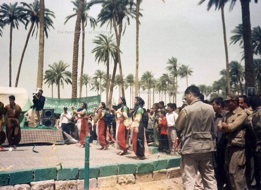 Iraq 2003.Celebration of the liberation of Khanakin, people dance in the palm plantation of the city.  Irak 2003. Suite a la liberation de la ville de Khanakin,les gens vont danser dans la palmeraie pour celebrer l'evenement