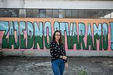 """Azra Keljalic, Schülerin der Berufsschule in Jajce vor einem Graffiti. das da lautet: """"Gemeinsam erschaffen wir etwas."""" Jajce, Bosnien und Herzegowina. / Azra Keljalic, student of High Vocational School Jajce in front of a graffity that says: """"Together we create something."""". Jajce, Bosnia and Herzegovina. // Die Schülerinnen und Schüler in Bosnien und Herzegowina werden getrennt nach Nationalität und Glaubensrichtung unterrichtet. In der Kleinstadt Jajce haben sich Jugendliche dagegen gewehrt."""