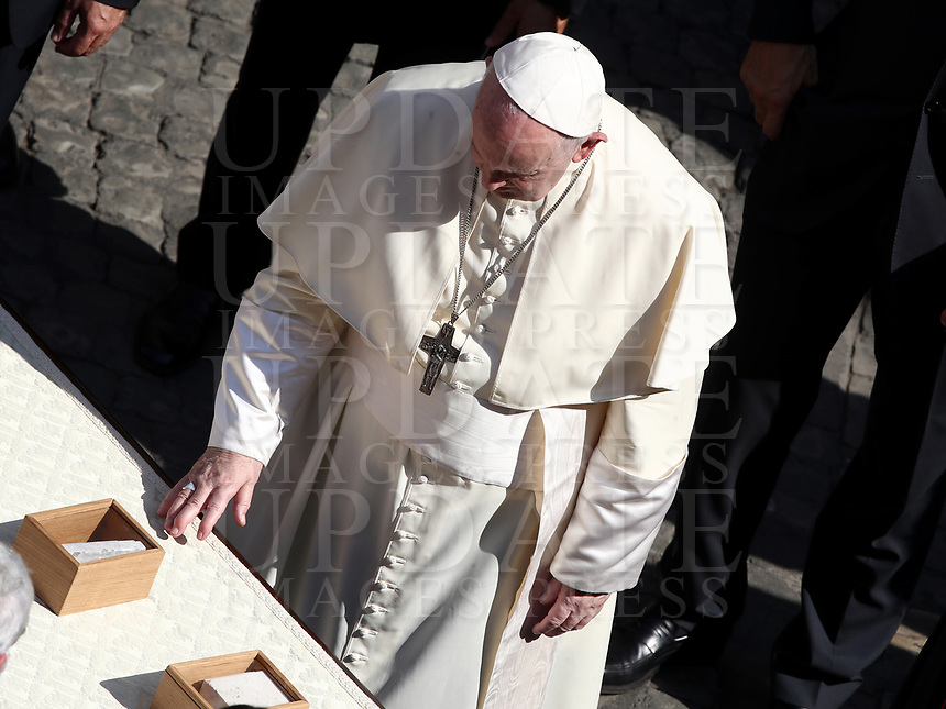 Pope Francis blesses stones at the end of a limited public audience at the San Damaso courtyard in The Vatican on September 9, 2020 during the COVID-19 infection, caused by the novel coronavirus.<br /> UPDATE IMAGES PRESS/Isabella Bonotto<br /> <br /> STRICTLY ONLY FOR EDITORIAL USE