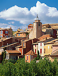 France, Provence, Roussillon: View of ochre coloured village | Frankreich, Provence, Roussillon: Dorfansicht