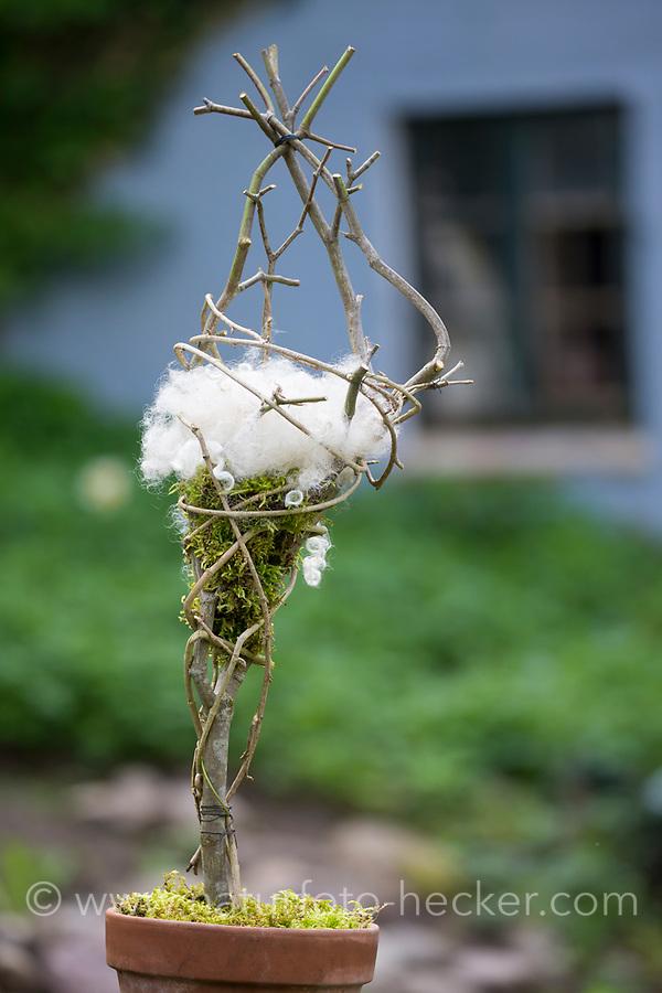 Nistmaterial anbieten, Nistmaterial-Spender, Vögeln im Garten wird Nistmaterial angeboten, Moos, Schafwolle, Schafswolle, Wolle