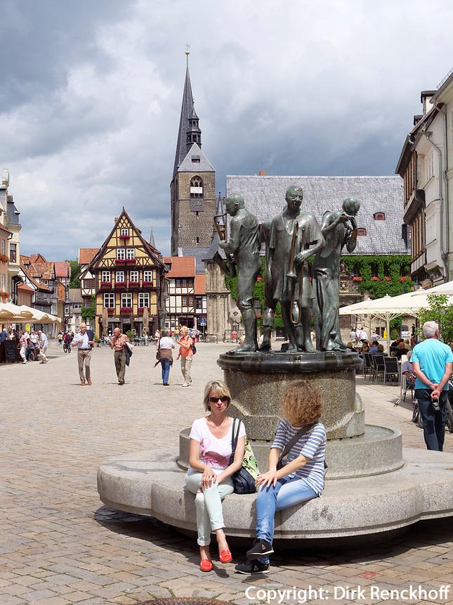 Markt mit Brunnen, Fachwerkhäusern und Rathaus, Quedlinburg, Sachsen-Anhalt, Deutschland, Europa, UNESCO-Weltkulturerbe<br /> fountain, townhall and halftimbered houses at Markt sqare in Quedlinburg, Saxony-Anhalt, Germany, Europe, UNESCO World Heritage