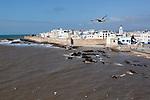 Marokko, Region Marrakesch-Tensift-El Haouz, Essaouira an der Atlantikkueste: Blick vom Alten Fort auf die Medina (Altstadt) | Morocco, Region Marrakesh-Tensift-El Haouz, Essaouira at the Atlantic Coast: View to the ramparts and medina from the old fort