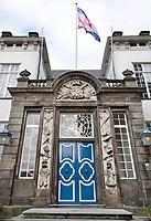 Nederland  Zutphen -  2020.  Het voormalige stadhuis van Zutphen. In 1716 werd de huidige zuidelijke gevel als poortgebouw aangebouwd met dubbele deuren en een hardstenen omlijsting met krijgsemblemen en het wapen van het Graafschap Zutphen.  Foto : ANP/ HH / Berlinda van Dam