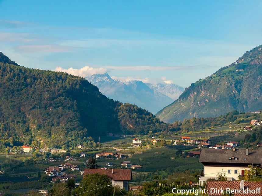 Algunder Waalweg, Algund bei Meran, Region Südtirol-Bozen, Italien, Europa<br /> hiking trail Algunder Waalweg,  Lagundo village near Merano, Region South Tyrol-Bolzano, Italy, Europe