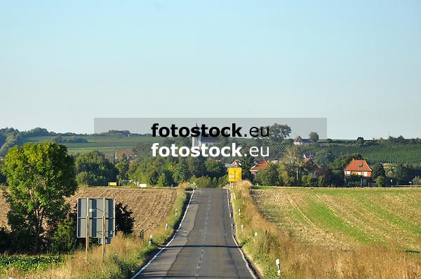 Blick über die Landstraße auf die Evangelische Kirche von Hillesheim