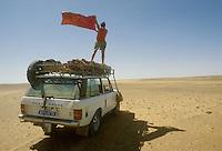 - northern Sudan, four wheels drive vehicle stopped for a mechanical breakdown in the desert of Nubia....- Sudan settentrionale, veicolo fuoristrada fermo per un guasto meccanico nel deserto di Nubia