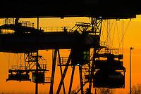 Umschlagbahnhof Billwerder: EUROPA, DEUTSCHLAND, HAMBURG, (EUROPE, GERMANY), 02.02.2014: Umschlagbahnhof Billwerder, verladung eines Tankcontainers von der Bahn auf den LKW
