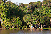Transporte de passageiros leva centenas de pessoas que se instalam em redes durante a viagem de doze horas saindo de Vila Prograsso no Arquipélago do Bailique até a cidade de Macapá na foz do rio Amazonas, Amapá, Brasil.Foto Paulo Santos 10/06/2015