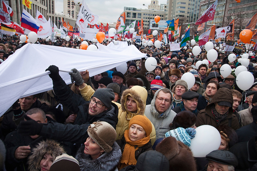 Moscow, Russia, 24/12/2011..A giant white ribbon is carried through an estimated crowd of up to 100,000 protesting against election fraud and Prime Minister Vladimir Putin in the largest anti-government demonstration in Russia since the collapse of the Soviet Union.