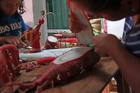 """Oaxaca de Juárez, Oaxaca. 22/12/2015.- Como parte de su amplio bagaje cultural, Oaxaca festeja año con año la celebración mundialmente reconocida como la """"Noche de Rábanos"""", conmemoración que se desprende desde mediados del siglo XVIII,  año cuando la cosecha de este tubérculo fuera tan abundante que se tuvieron que mantener secciones enteras de esta verdura sin recolectar.<br /> <br />  <br /> <br /> Dicho festejo, trata de exhibir públicamente a manera de concurso, figuras talladas en esta verdura; instauraciones verdaderamente creativas y llenas de tradición y folclor oaxaqueño, aunque en últimas fechas se han contemplado temas abiertos más contemporáneos.<br /> <br />  <br /> <br /> Esta tradición ancestral se llevara a cabo este próximo 23 de diciembre en su  edición 118, y se realizara en el zócalo de la capital de Oaxaca, lugar donde los hortelanos y artesanos, mostraran parte de su talento, así mismo, estas piezas formaran parte de un certamen dividido en diferentes categorías, las cuales serán premiadas por el alcalde municipal, y el gobernador del estado.<br /> <br />  <br /> <br /> En este sentido, el pasado 19 de diciembre, fueron cosechadas 12 toneladas de rábanos en el parque """"El Tequio"""" en el municipio de Santa Cruz Xoxocotlán, las cuales fueron destinadas a los artesanos oaxaqueños, quienes durante estos días trabajaran en sus piezas artísticas.<br /> <br />  <br /> <br /> En este contexto, la artesana Elena Consuelo Altamirano Mendoza, originaria de Ocotlán de Morelos, Oaxaca, municipio ubicado a una hora de distancia de la capital de la entidad, manifestó que esta tradición lleva en su familia 15 años, y ha pasado de generación en generación, preservando con ellas las raíces de su legado.<br /> <br />  <br /> <br /> A decir de Doña Consuelo, la siembra de estos tubérculos se hace en 3 fechas, ya que se cultivan tres especies de rábanos, la primera en septiembre, la segunda en octubre y la ultima en noviembre, para posteriormente ser cosechados en e"""