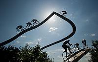 """Denkmal mit Namen """"Le Tour de France dans les Pyrénées""""im Volksmund """"La Grande Boucle"""" , est une sculpture monumentale réalisée par Jean-Bernard Métais et installée sur l'aire des Pyrénées de l'autoroute A 64 à Ger en France1,2,3. Elle représente une ascension (possiblement celle du col du Tourmalet) remportée par le coureur maillot jaune devant sept autres coureurs. Elle a été réalisée en 1995-1996 ; elle mesure 18 mètres de haut pour 30 mètres de large4. photo: Norman Rembarz"""