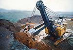 Extraçao de minerio de ferro no quadrilatero ferrífero de Mariana. Minas Gerais. 1978. Foto de Juca Martins.