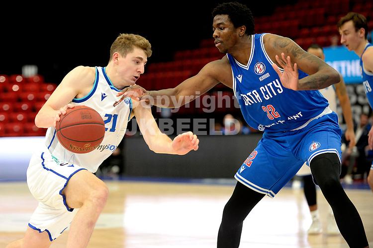 03-02-2021: Basketbal: Donar Groningen v Heroes Den Bosch: Groningen Donar speler Henry Caruso met Den Bosch speler Alan Herndon