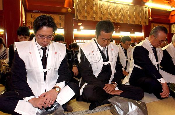 epa000340355 Japanese business people pray at the Kanda Myojin shrine in Tokyo, Tuesday, 04 January 2005. Crowds of business people annually turn out to pray at the major Tokyo Shinto shrine for better business and good health in the new year.  EPA/TOSHIKI SAWAGUCHI