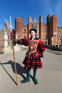 Great Britain, England, London: Hampton Court Palace, Yeoman guard outside tudor palace given to King Henry 8th by Cardinal Wolsey | Grossbritannien, England, London: koenigliche Leibgarde vor dem Hampton Court Palace, der Tudor Palast, den Koenig Henrich VIII. von Kardinal Wolsey erhielt