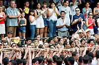 Promesseiros carregam a corda em pagamento as promessas feitas a Nossa Senhora de Nazaré no decorrer da procissão que ocorre a mais de 200 anos em Belém. As estimativas são de mais de 1.500.000 pessoas acompanhem à procissão.<br />Belém-Pará-Brasil<br />08/10/2000<br />©Foto Paulo Santos/Interfoto.